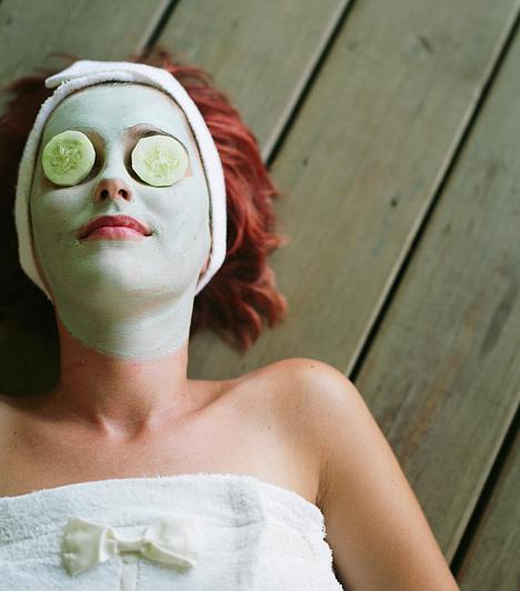 UborkaBár általában nyáron sláger, az uborka hidratáló hatásával semmilyen más zöldség vagy gyümölcs nem vetekszik. Reszeld le, és halmozd a megtisztított arcra, a levét toniknak is használhatod. A szemre tett uborkakarika áldásos hatásait is élvezd ki.