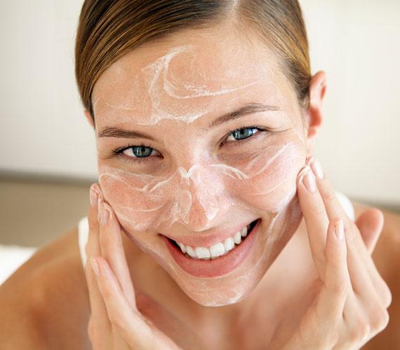 Száraz bőr esetén havonta egyszer radírozz, zsíros bőr esetén kéthetente. A radírozást a már megtisztított bőrön végezd. Használhatsz arckefét, de valamilyen készítményt is, a lényeg a közepes dörzsölő hatás, a túl gyengének nincs értelme, a túl erős pedig megsérti a bőrt.
