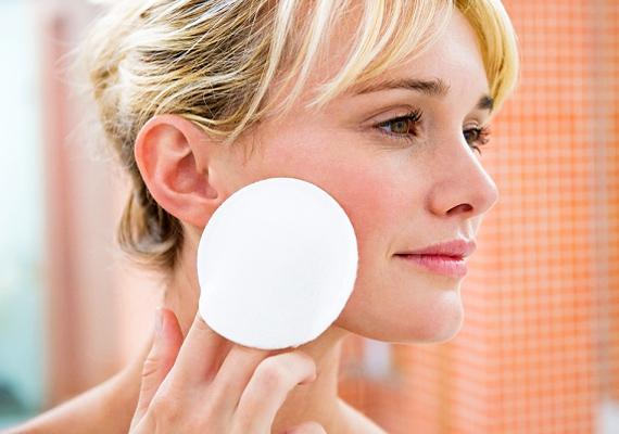 Napi kétszeri tisztítás bőven elég. Ha ennél több alkalommal is tisztogatod a bőrödet, sokkal többet ártasz, mint használsz, mert még inkább érzékenyé és irritációra hajlamossá válik.