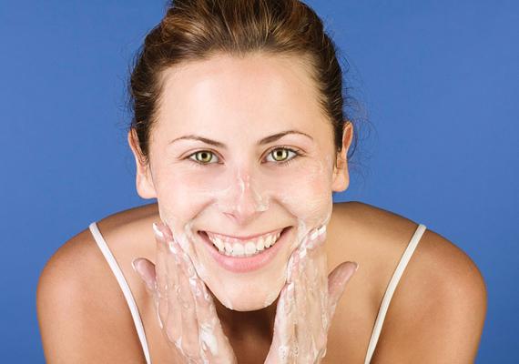 Soha ne kenj semmit hígítatlanul a pofidra! A krémállagú termékeket vizes bőrre vidd fel, a géleket pedig a tenyeredben hígítsd fel, és úgy használd a nedves bőrön.