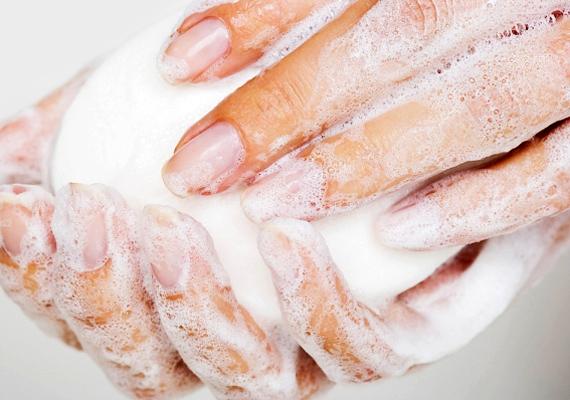 A pattanásos, aknés bőrre a legtöbb baktérium a kezedről kerül fel. Ezért mielőtt arctisztításba kezdenél, alaposan fertőtlenítsd a kezedet.