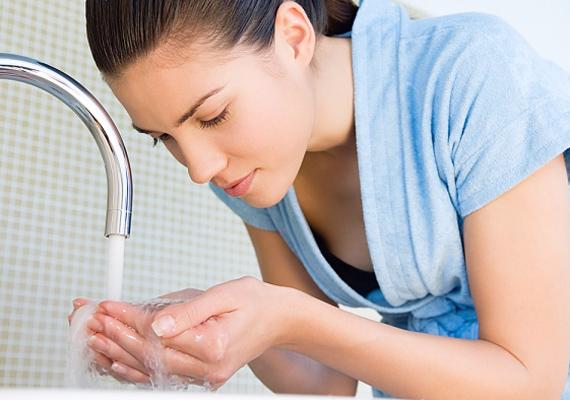 A hideg és a forró víz a tévhittel ellentétben nem tesz jót az arcbőr alatt futó hajszálereknek, ezért mindig langyos vízzel mosd az arcodat.