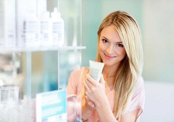 Nem lehet elégszer hangsúlyozni, mennyire fontos a bőrtípusnak megfelelő kozmetikumok használata. Zsíros bőrre a legjobbak a kicsit szárító - de nem alkoholos -, mattító termékek, szárazra pedig azok, amelyek valamilyen hidratáló olajat tartalmaznak.
