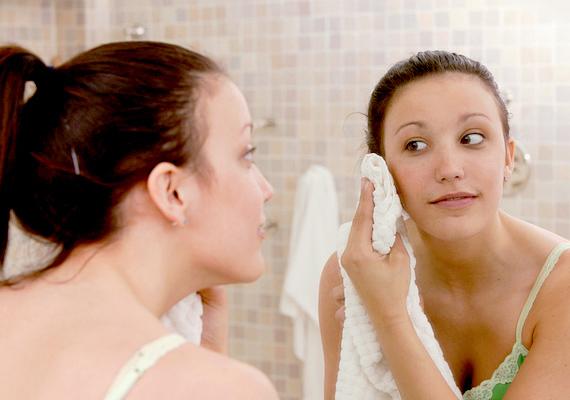 Ha mosdókesztyűt vagy törölközőt használsz, vigyázz, hogy az tökéletesen tiszta legyen. Azt ajánljuk, a bőröd szárazra törléséhez alkalmazz papír törlőkendőt, még ha ez kevésbé környezetbarát is.