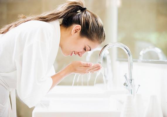 Amikor leöblíted az arctisztítót, ügyelj rá, hogy mindenhonnan, a fül- és az orrkörnyéki repedésekből is eltávolítsd. Addig ismétled a lötykölést, míg egészen tiszta nem lesz az arcod.
