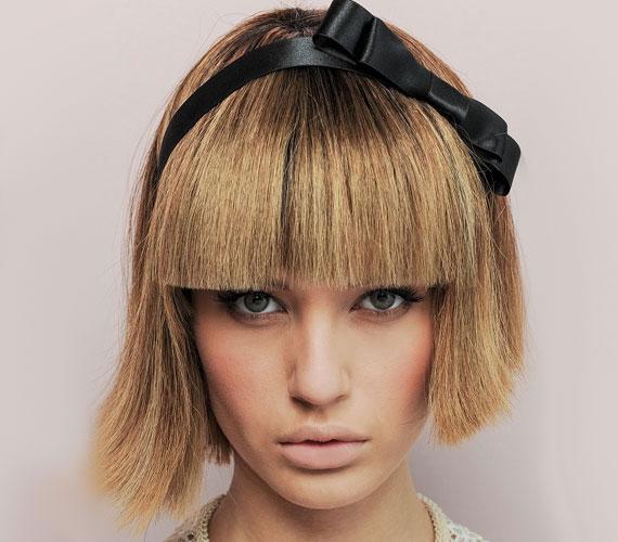 Jókislányos frizura is lehetne, de a hanyag vágás vagánnyá teszi.
