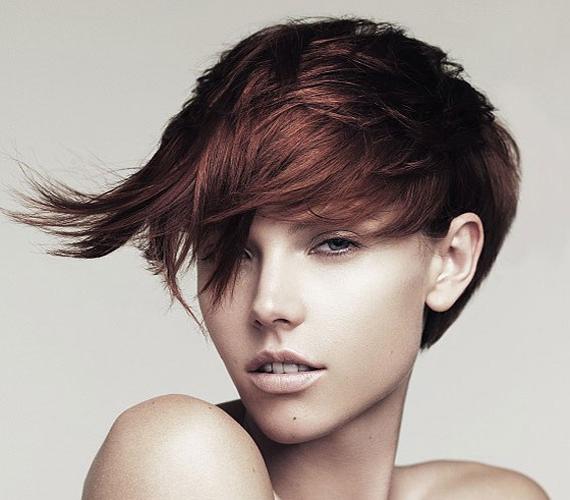 Rövid aszimmetrikus frizura huncut kis tinccsel, amit akár a füled mögé tűrve is hordhatsz.