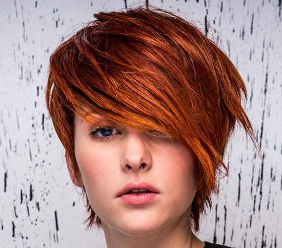 Merész vörös szín, hosszú, oldalra csapott frufrurésszel. Ezzel igazán jól kiemelheted az előnyösebb profilodat.