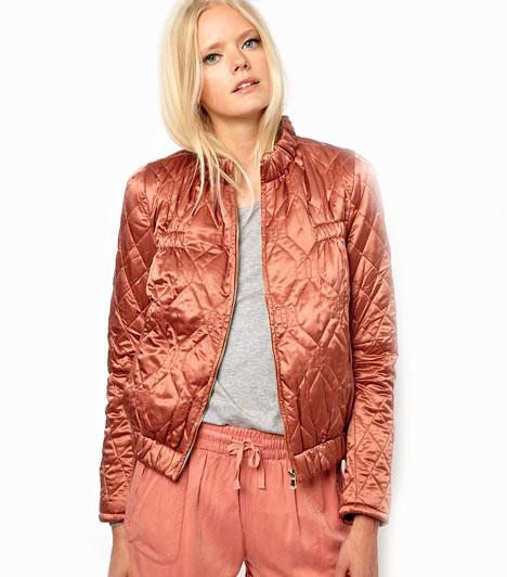 SelyemfényA fényes anyagok és a pasztel színek izgalmas kontrasztot alkotnak a sportos fazonnal. Szuper trendi és igazi csajos viselet az őszre. Ebben az esti buliba is bátran elmehetsz!