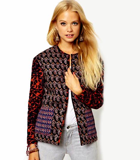 Színek és mintákAz erős színekben és változatos mintákban tündöklő kis kabátok az idei ősz nagy favoritjai lehetnek. Egy darabbal ugyanis könnyen feldobható bármelyik visszafogott ruhatár. Arra azonban figyelj, hogy ne legyen minden mintás rajtad, ha egy ilyen darab mellett döntesz.