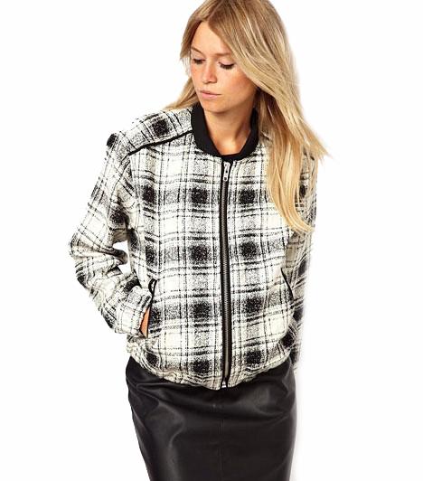 Izgalmas stílusmix                         A sportos fazonnak jót tesz a klasszikus tweed szövet, mert így egy csinos kis dzsekit kaptunk. Szűk szoknyákhoz remekül passzol! De teltebb hölgyeknek nem ajánljuk.