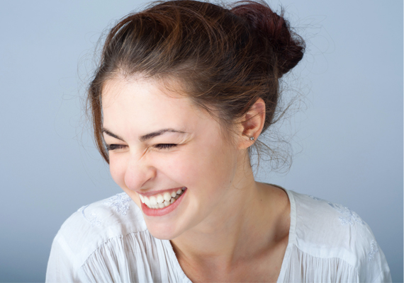 NevetőráncokNe érezd magad kellemetlenül, ha nevetés közben a szemed és a szád körül kis ráncocskák jelennek meg. Kár elrontani a jó pillanatokat ezzel. A nevetőráncok édesek, a pasiknak is tetszenek.