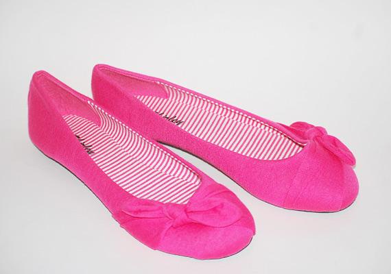 Rózsaszín balerinacipő 2100 forintért, melynek érdekessége, hogy magát a cipő anyagát rendezték masniba. Asia Center/MK áruház.