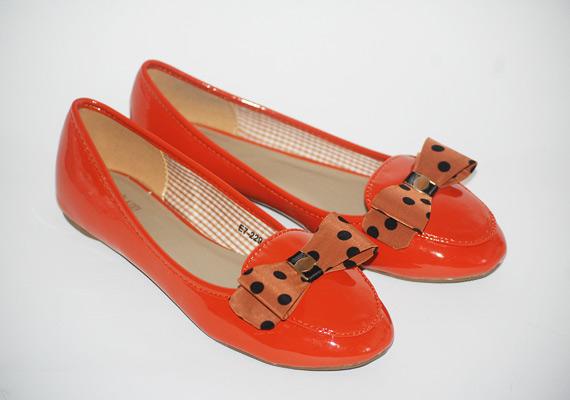 Elegáns fazon narancssárgában, 2800 forintba kerül, a pöttyös díszítés bájos, és jó, ha visszaköszön máshol is az öltözéken. Asia Center/MK Áruház.