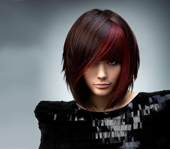 Az arc köré festett vörös tincs izgalmassá teszi a frizurát.