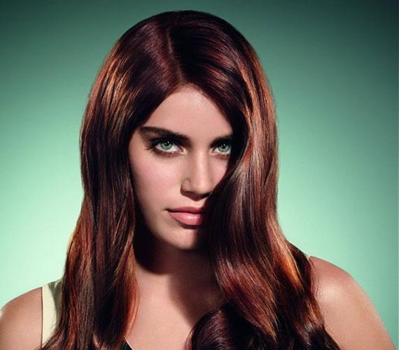 A vörösesbarna haj a zöld szemhez csodálatos, puha, meleg árnyalat.