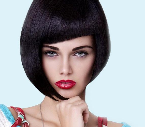 Vagány frizura, csinos modell, egy bibi van, hogy a hajat egy kicsit megemelték, ez jól látható a jobb oldalon, illetve onnan, hogy a frufru nagyon magasról jön, igazi csúcsfejjel volt dolga a fényképésznek.
