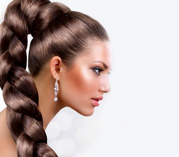 Itt viszont pont egy hajhosszabbító módszer reklámja látható, és nincs is sok hozzáfűznivaló, a Photoshop nyilvánvaló. Ha valakinek ennyi haja lenne, eltörne a nyaka.