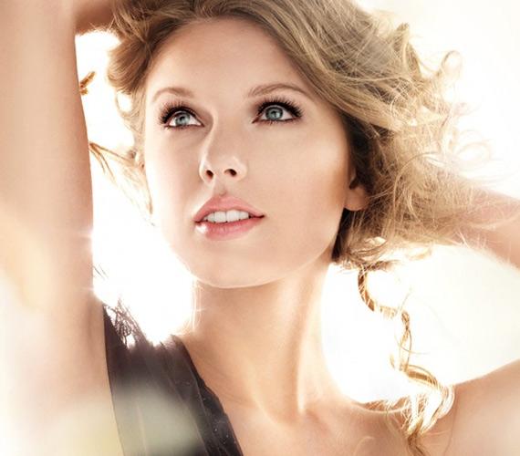 A nálunk nem forgalmazott Cover Girl arca Taylor Swift. Amerikában úgy gondolták, hogy senkinek nem lesz ennyire hosszú pillája szempillaspiráltól, maximum a képmanipulációtól.