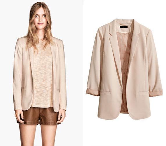 Ősszel is nyugodtan lehet világosabb színeket viselni, erre remek példa a H&M blézere 8990 forintért.