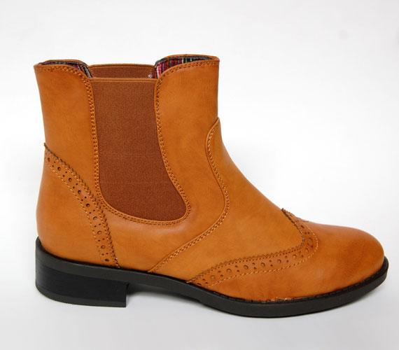 Ha a lapos talpú cipőket jobban szereted, akkor sem kell lemondanod a bokacsizmák jó variálhatóságáról. A képen látható fazon ugyanolyan divatos, mint magas sarkú társai. Az AsiaCenterben ezt a csizmát 5900 forintért találod.
