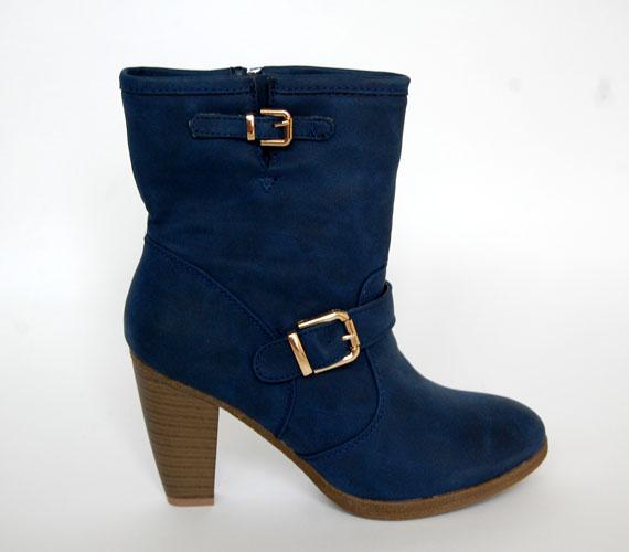 Ha szereted a színes cipőket, akkor ez a sötétkék csizmácska pont neked való! Az ára 6100 forint az AsiaCenterben.