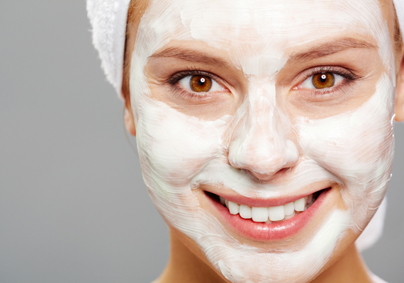 Hetente egyszer érdemes valamilyen tápláló arcpakolással kényeztetni a bőrt, ami segíti a megújulását, és élettelivé varázsolja. Mutatunk egy egyszerű, de hatékony házi változatot.