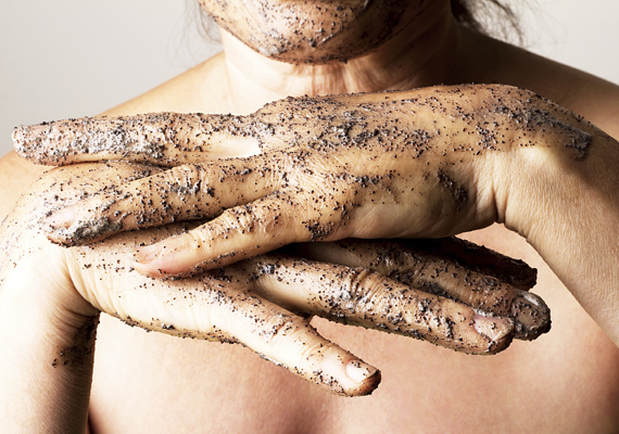 Kéthetente egyszer nem árt eltávolítani az elhalt hámsejteket, hogy a bőr fellélegezhessen és megújulhasson. Ezt bármilyen testradírral megteheted, ám ha nincs kedved pénzt költeni, akkor az otthon fellelhető alapanyagokat is felhasználhatod hozzá.