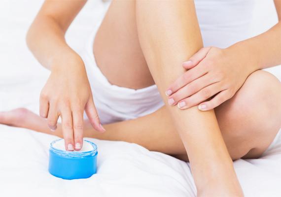 A testápolózás sokszor kényelmetlen rutinnak tűnik, pedig a bőr feszessége érdekében muszáj folyamatosan használni a kozmetikumot. Csak egyre figyelj, olyat válassz, ami parabénektől és kőolajszármazékoktól mentes, hogy a bőröd tényleg a neki megfelelő ápolást kapja.
