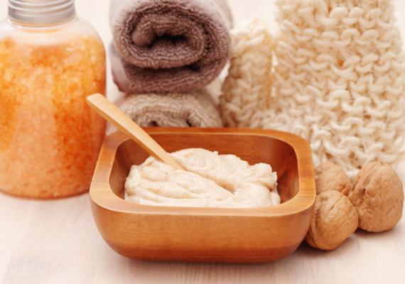 A bőrradír a leggyorsabb módja annak, hogy felfrissítsd az arcod, de nem szabad túlzásba vinni. Száraz bőr esetén bőven elég havonta, zsíros bőr esetén pedig kéthetente. Utóbbinál is inkább kerüld a túlságosan szárító szereket.