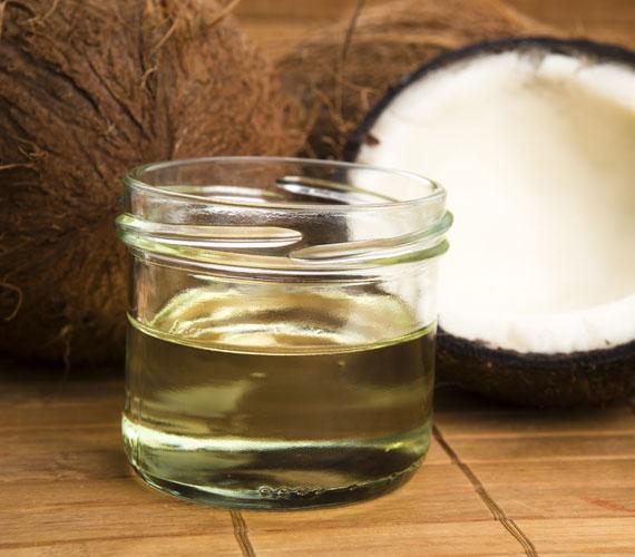 A kókuszolajos kezelés azért jó, mert egyszerre lazítja a bőrkeményedést és hidratálja a bőrt. Kend be vele a lábfejet jó vastagon, majd húzz rá zoknit, másnap pedig dörzsöld át egy habkővel. Utána megint mehet rá kókuszolaj.
