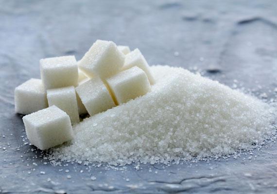 A cukor nemcsak hizlal, de öregít is, ugyanis a bőr feszességét adó kollagénrostokat rugalmatlanná teszi, ennek következtében hamarabb ráncosodik az, aki sok cukrot eszik. A cukor sok mindenben ott van, üdítőben, sütiben, de még konzervekben és húskészítményekben is. Így szokhatsz le róla.