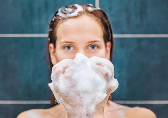 A különböző tisztítószerek, mondjanak akármit a reklámok, szárítják a bőrt, és nagyon sokban vannak jelen allergén anyagok. Hogy mik ezek, azt ide kattintva olvashatod el.