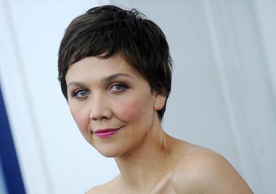 Maggie Gyllenhaal stílusa sokaknak nem jön be, és egyesek már azt is megjegyezték 36 éves színésznővel kapcsolatban, hogy öregnek néz ki, a bőre pedig petyhüdt. Szerintünk jól néz ki, és egyáltalán nem baj, ha nincs kifeszítve a bőre.