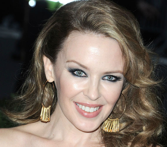 Kylie Minogue sok mindenen átment az elmúlt években, de talán nem kellett volna odáig fajulni a dolgoknak, hogy ne lehessen megkülönböztetni a művésznőt viaszbabamásától Madame Tussaud múzeumában.