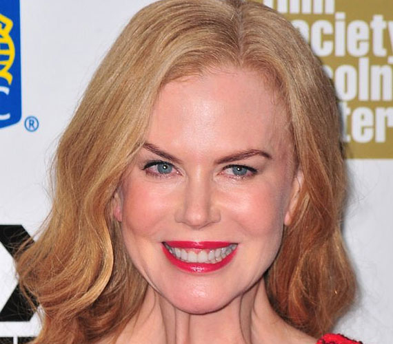 Nicole Kidman egy ideig olyannyira túlzásba vitte az arcbénítást, hogy a karrierje is veszélybe került, senki nem akarta szerepeltetni, mivel semmilyen érzelmet nem tudott megjeleníteni. Azóta visszavett, és ismét megtalálják a szerepek.