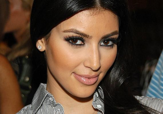 Kim Kardashian a megelőzés híve, már 32 évesen botoxfüggő, amit a homloka bizonyít a legjobban. A plasztikai sebészek óva intik a nőket attól, hogy már 30 körül nekiálljanak a mimika blokkolásának, mert nagyon korán élettelen válhat az arc.