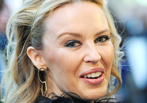 Kylie Minogue kínosan érezhette magát viaszbabája felavatásakor - ugyanolyan fényes és élettelen arccal állt a fotósok kereszttüzében, mint a bábu.