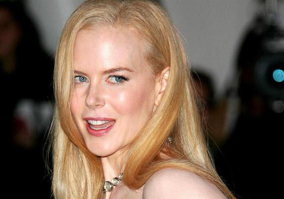 Nicole Kidman viaszbabává változott, nem is nagyon foglalkoztatják mostanában, de ami nagyon szimpatikus, hogy tud nevetni magán. Egy plasztikafüggő feleséget játszott el a Kellékfeleség című film epizódszereplőjeként.
