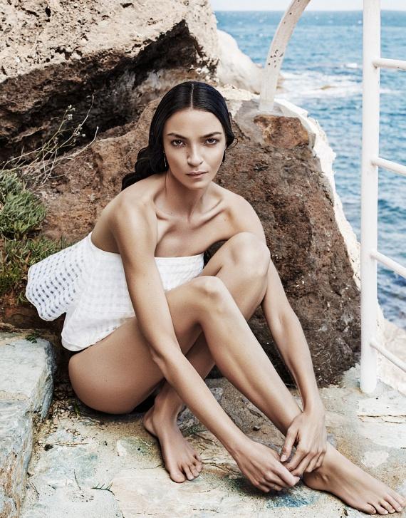 """A képeken látható modell, Mariacarla Boscono 2015 júliusában a The Edit magazinban """"modern múzsaként"""" emlegetve jelent meg, igazi példaképként. Tekintve azonban, hogy a modell csontsovány, nehéz elfogadni mint követendő mintát, ugyanis ezt a testsúlyt a legtöbben csak radikális diétákkal, éhezéssel és egészségtelen mértékű fogyással képesek elérni, vagy alkatukból adódóan azzal sem. Éppen ezért megdöbbentő és irreális, amikor egy magazin ilyen ideált választ."""