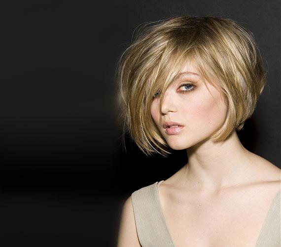 Kócos, stuccolt frizura, ami nem áll be magától, de látványos. Mindenféle arcformához igazodik.