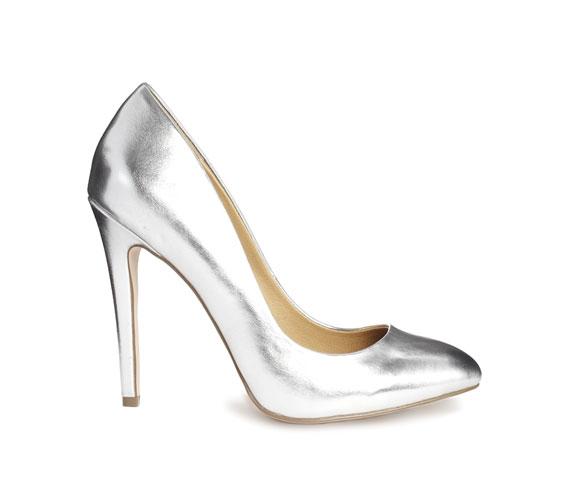 A teljesen ezüst cipő képen jól néz ki, de nagyon oda kell figyelni arra, hogy jó minőségű legyen, mert silány anyagból, műbőrből nagyon gagyi hatást kelt.