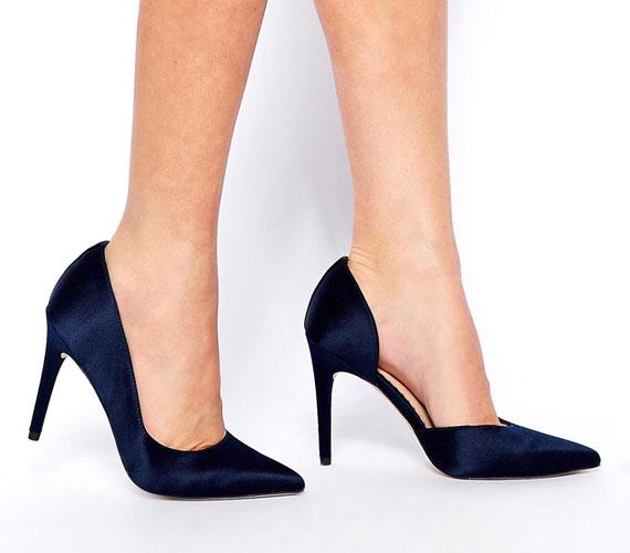 Már nyáron is divatosak voltak az oldalt nyitott cipők, és a trend marad is, igaz, sötétebb színekben lesz kapható nagyrészt ez a fazon. Azért érdemes beruházni egy ilyenre, mert még inkább meghosszabbítja a lábat.