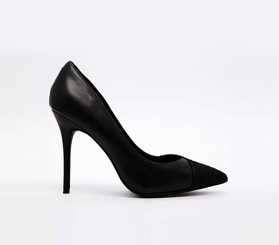 Idén ősszel és télen nagyon divatosak lesznek a többféle bőrből kialakított cipők. A kerek orrok szinte teljesen eltűnnek, a hegyes lesz a legdivatosabb.