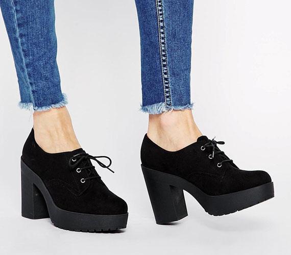 Sajnos továbbra is divatban tartják az ormótlan, vastag talpú és sarkú cipőket.