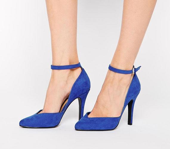 A pántos cipők továbbra is divatosak lesznek, vastagabb és vékonyabb pánttal is, de jól meg kell gondolni, mert rövid vagy vastag lábakon sajnos nem mutat jól egy ilyen darab, sőt.