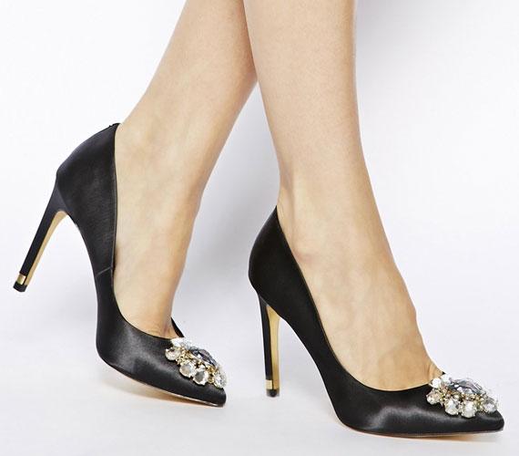 Az ékszerként tündöklő cipők, melyeket kövekkel díszítenek, szintén nagyon népszerűek lesznek. Jó, ha a lábbelin lévő díszítés visszaköszön a többi kiegészítőn is.