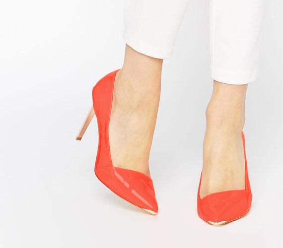 Divatosak lesznek a különböző aszimmetrikus felsőrészmegoldások, amelyek a cipőre irányítják a figyelmet.