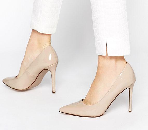 A nude magas sarkú cipőt úgy látszik, semmi nem tudja letaszítani a trónról, de nem is baj, hiszen elegáns, mindenhez felhúzható lábbeliről van.