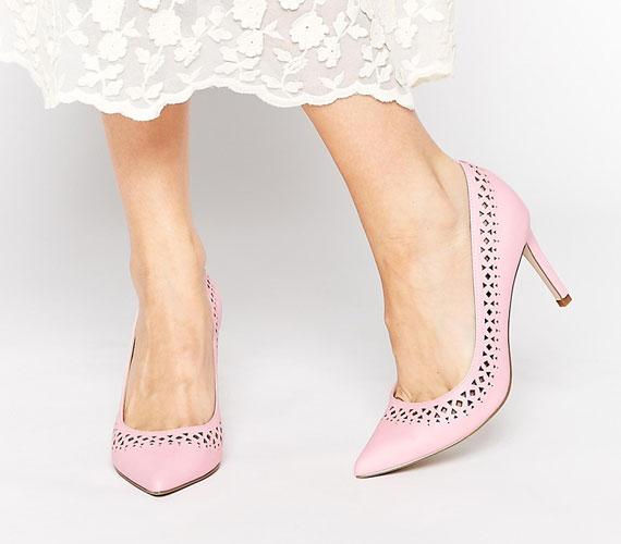 A mintázott, csipkézett darabok is nagyon népszerűek lesznek, a legjobb, ha olyan cipőt választasz ezzel a díszítési fajtával, ami a lehető legegyszerűbb.